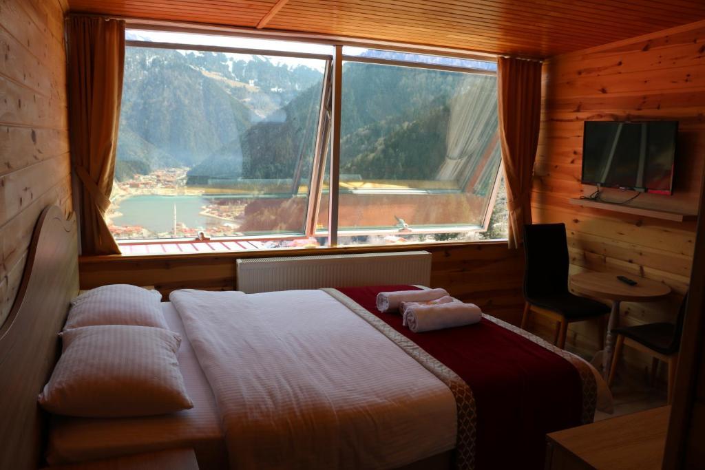 سرير أو أسرّة في غرفة في فندق كار
