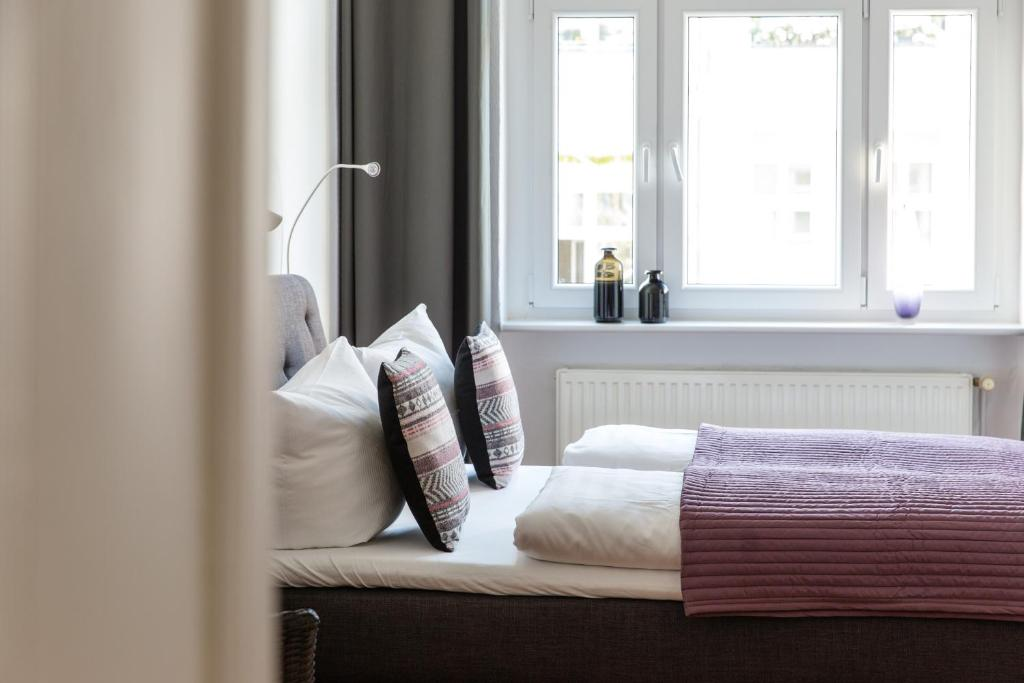 A bed or beds in a room at Berlinappart - Prenzlauer Berg Apartment with Garden View