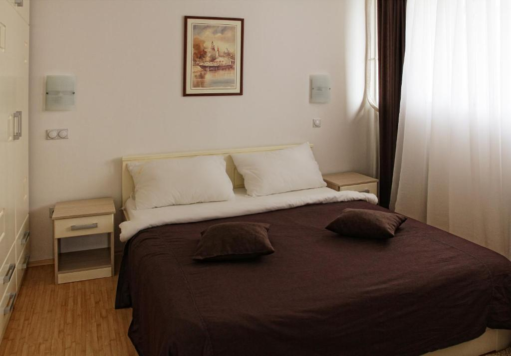 A bed or beds in a room at Garni Hotel Hamburg