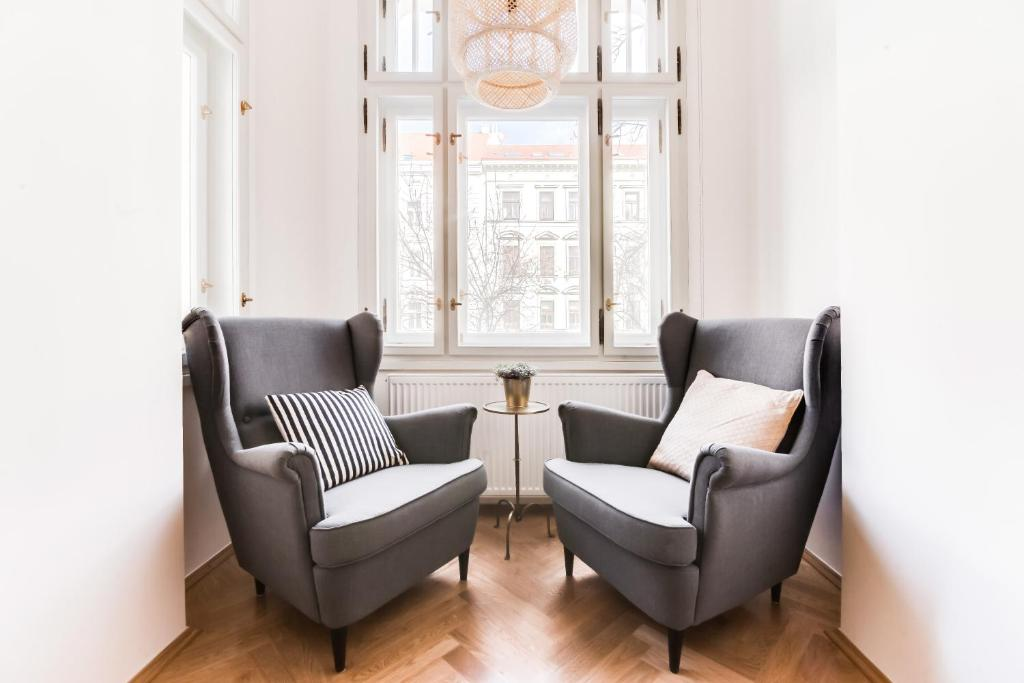 A seating area at Trendy Local Apartment