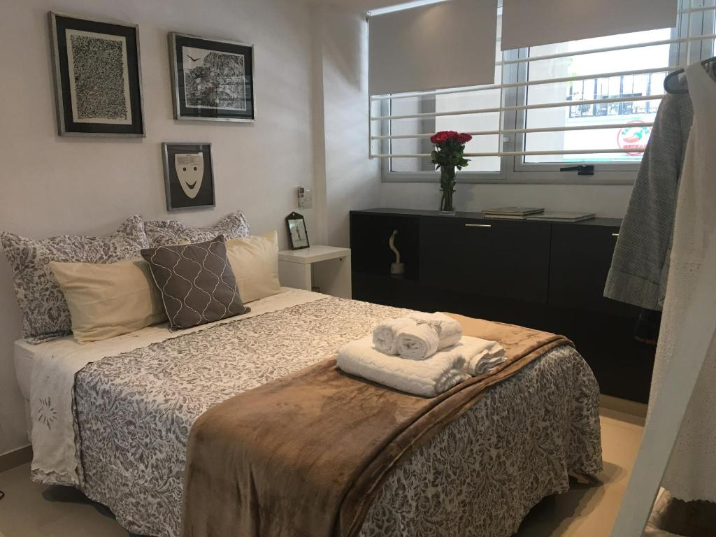 A bed or beds in a room at Palermo Hollywood Studio