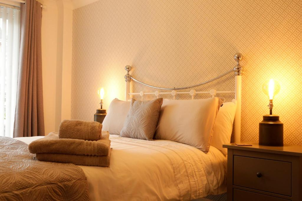 A bed or beds in a room at Newly refurbished 1 bed 2nd floor apartment with wifi