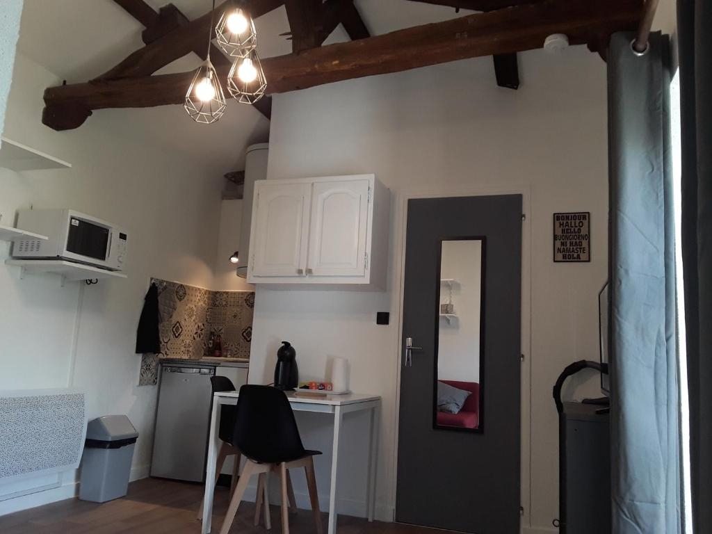 A kitchen or kitchenette at Studio Augouard, plein centre