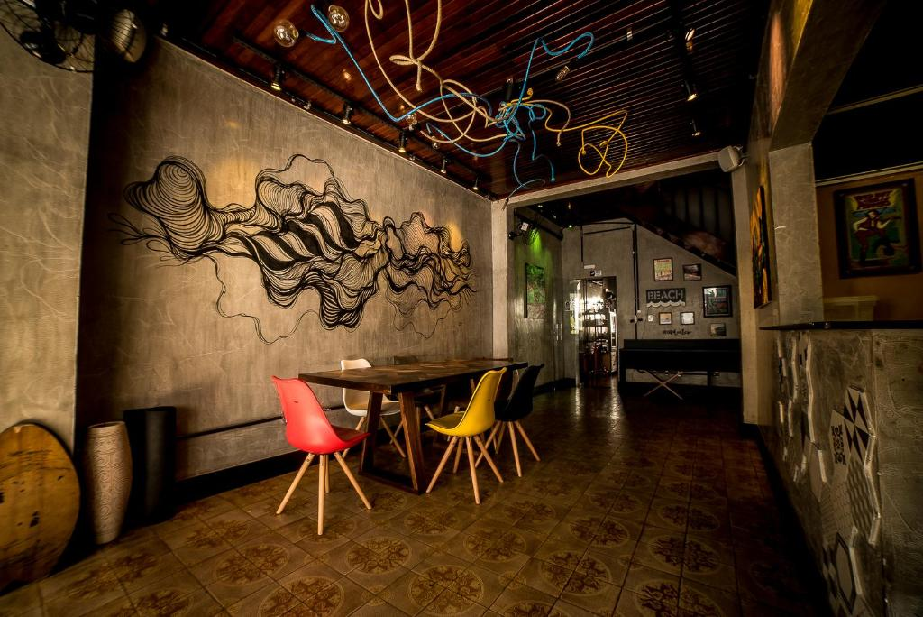 A restaurant or other place to eat at OVibe Hostel & Arts