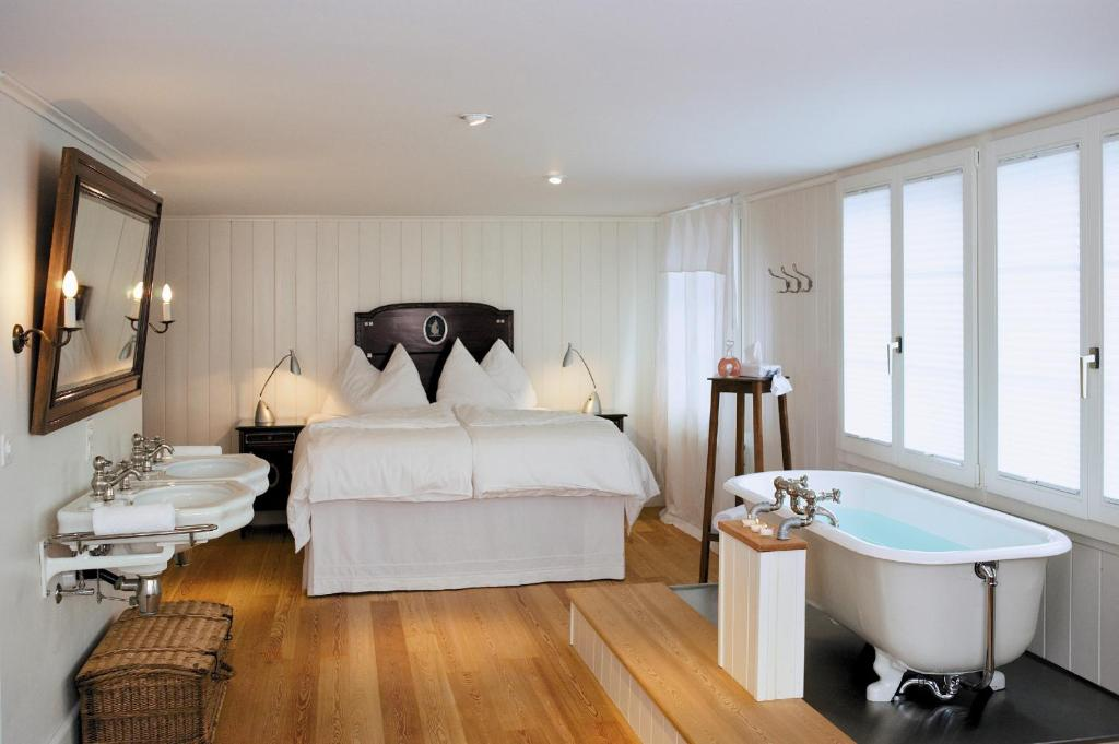 A bed or beds in a room at Boutique-Hotel Schlüssel