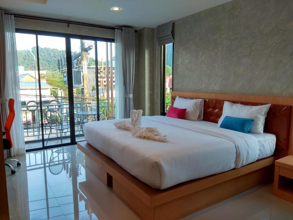 เตียงในห้องที่ De Loft Hotel