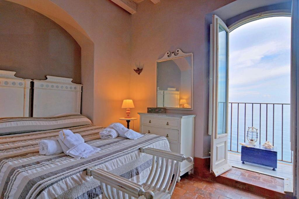 A bed or beds in a room at Terrazza Gabbiano