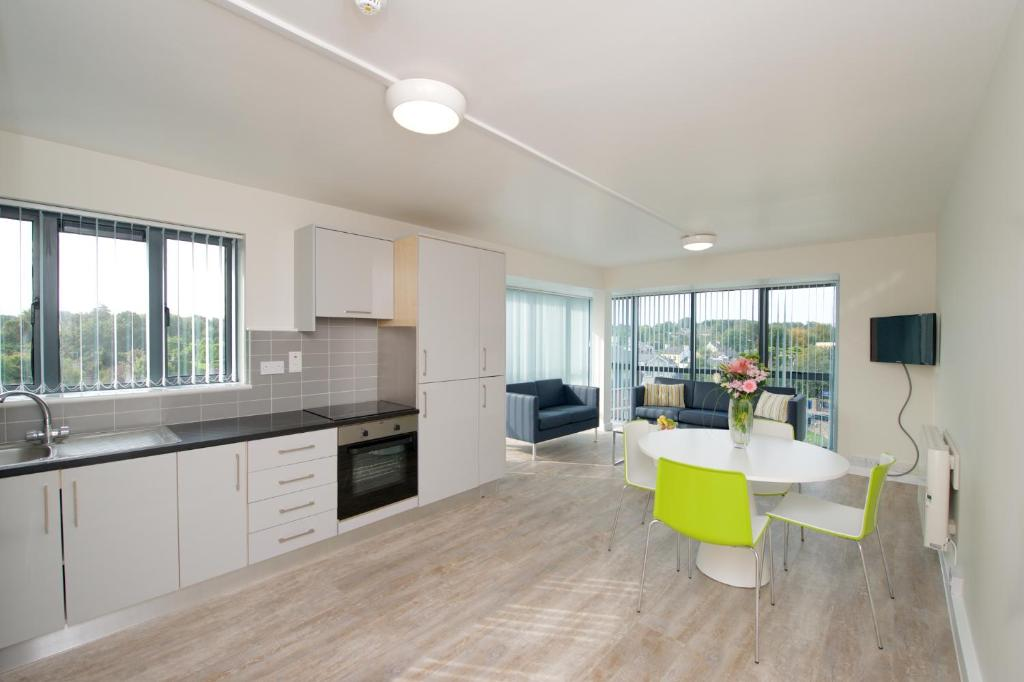 A kitchen or kitchenette at University Hall Apartments - Campus Accommodation