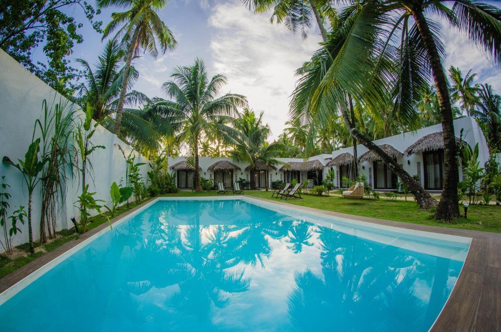 The swimming pool at or near Palaka Resort