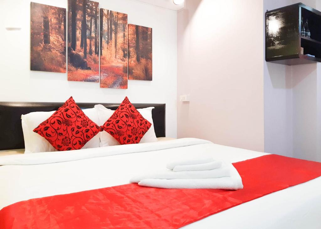 A bed or beds in a room at Khaosan Art Hotel
