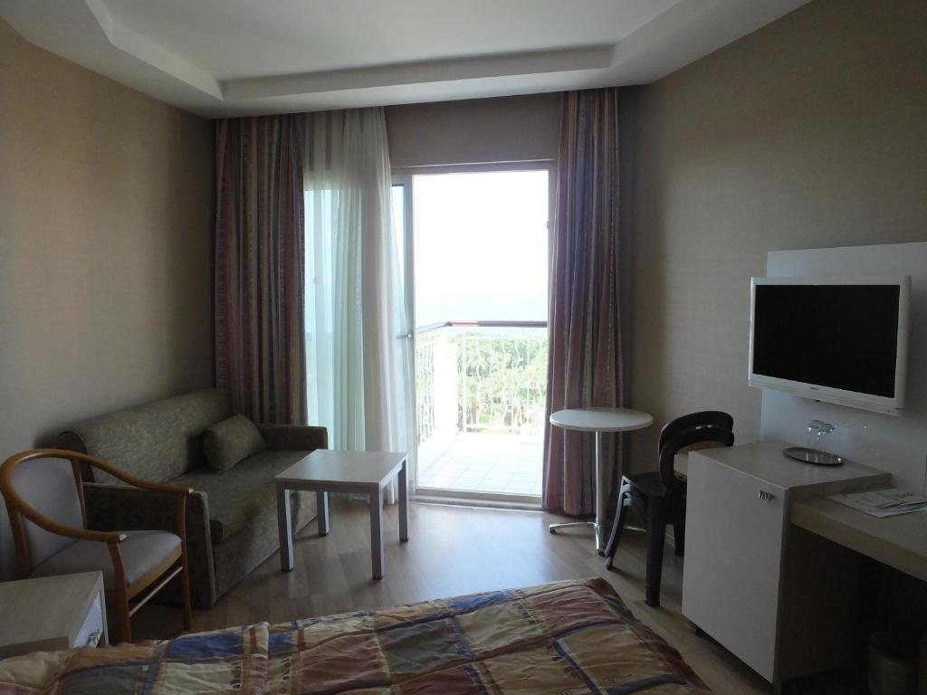 Телевизор и/или развлекательный центр в Riviera Hotel & Spa