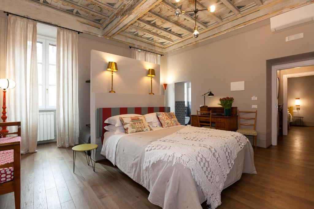 A bed or beds in a room at Casa Fabbrini Fancy Suites