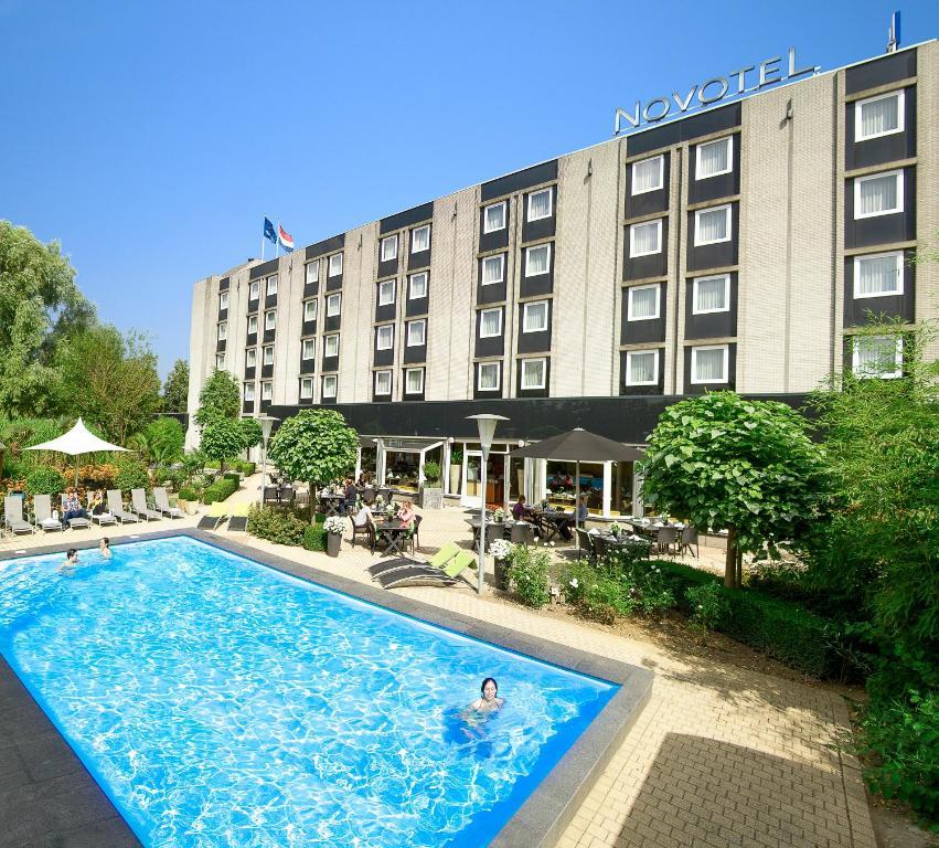 Het zwembad bij of vlak bij Novotel Maastricht