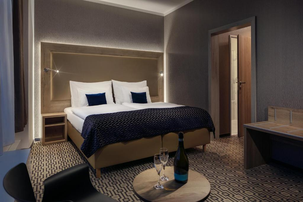 A bed or beds in a room at Astoria Hotel