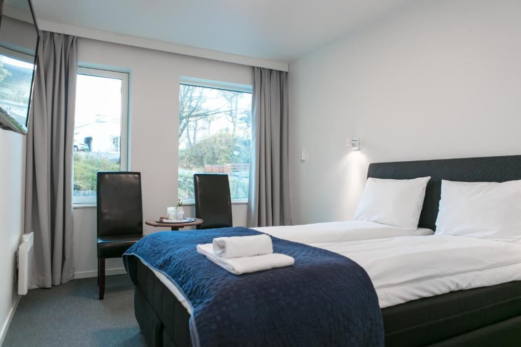 A bed or beds in a room at Kinn Hotell Florø