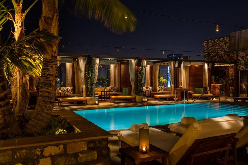 The swimming pool at or close to Dream Hollywood