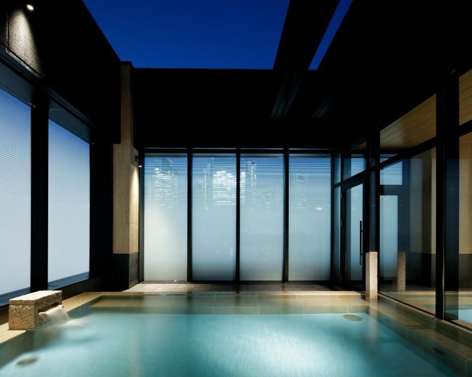 Бассейн в Candeo Hotels Tokyo Shimbashi или поблизости