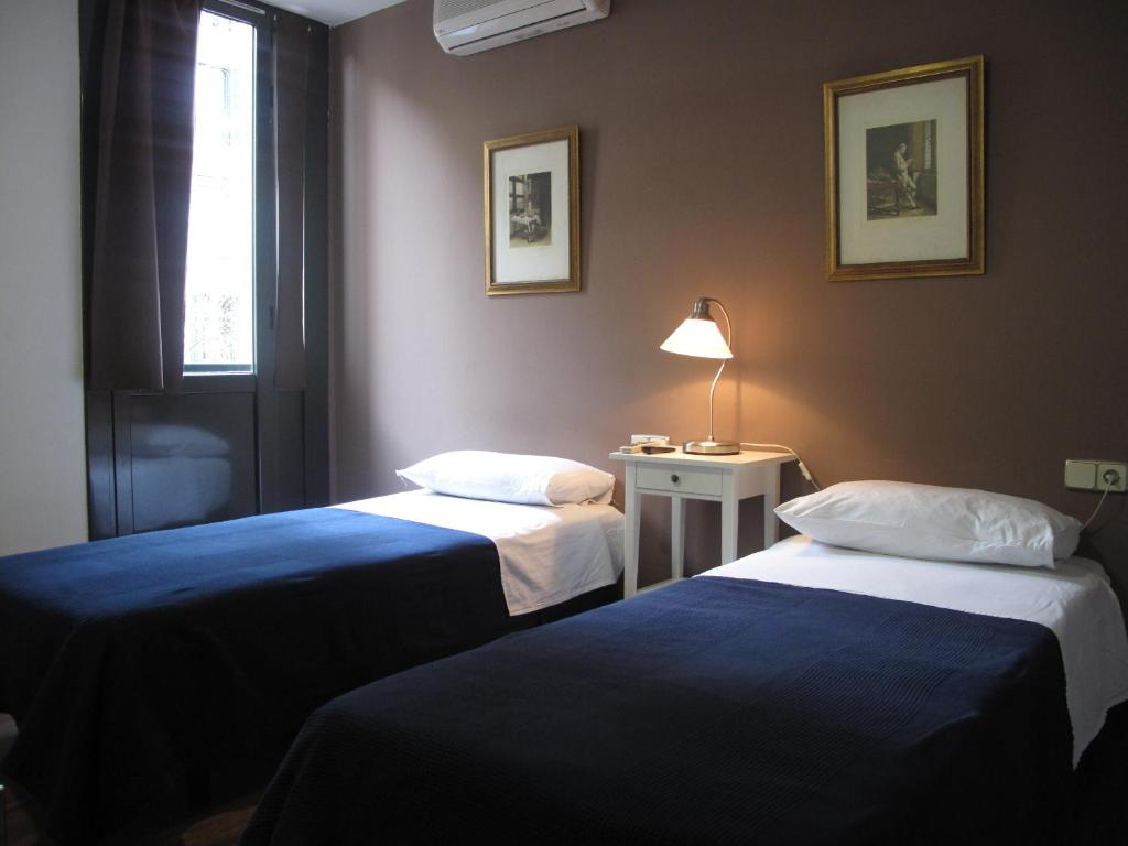A bed or beds in a room at Hostal LK Barcelona
