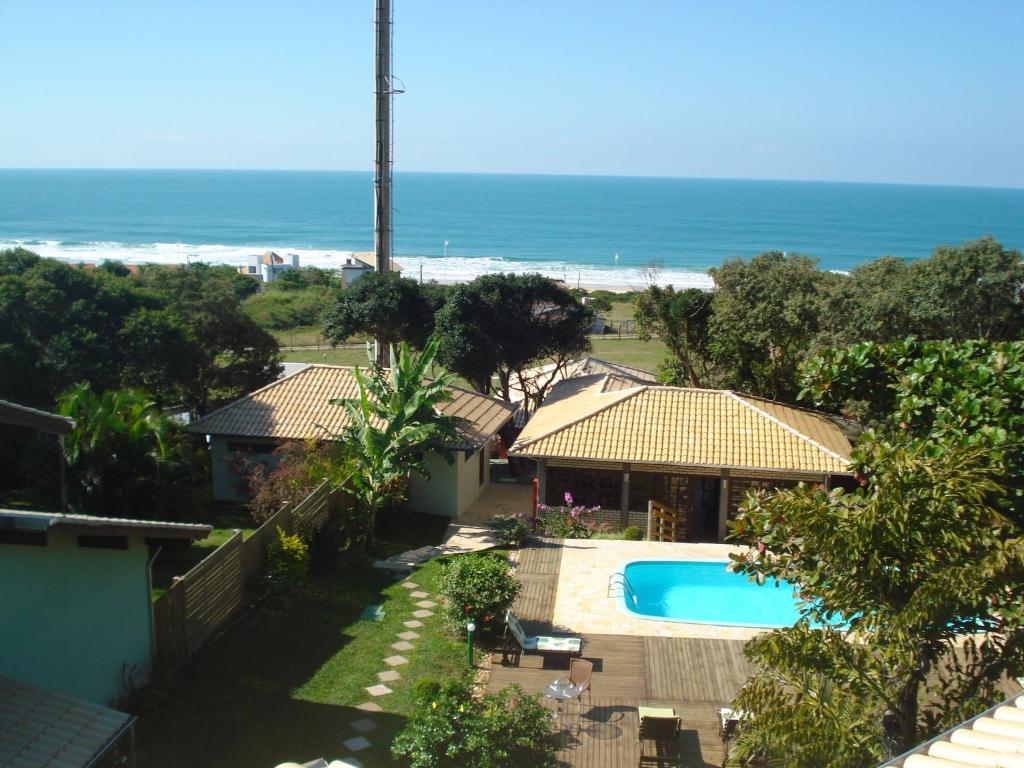 Uma vista da piscina em Pousada Solar do Santinho ou nos arredores