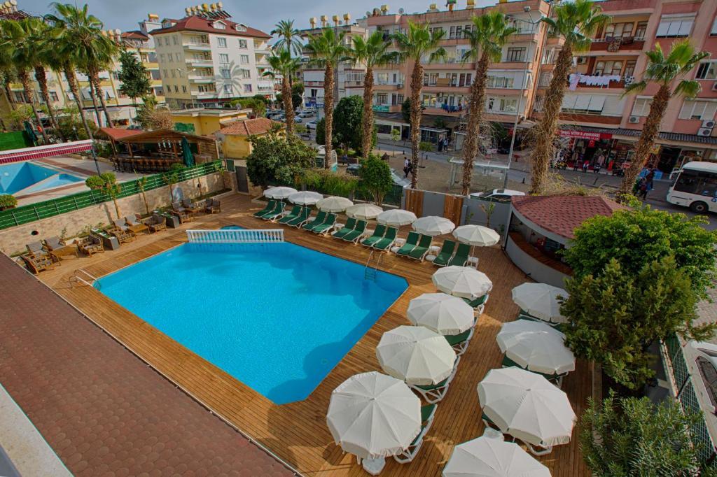 Vaizdas į baseiną apgyvendinimo įstaigoje HMA Hotel & Suites arba netoliese