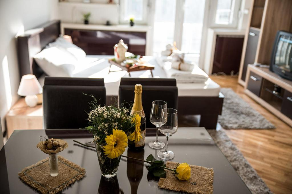 A restaurant or other place to eat at Balkan-inn Parlament apartment