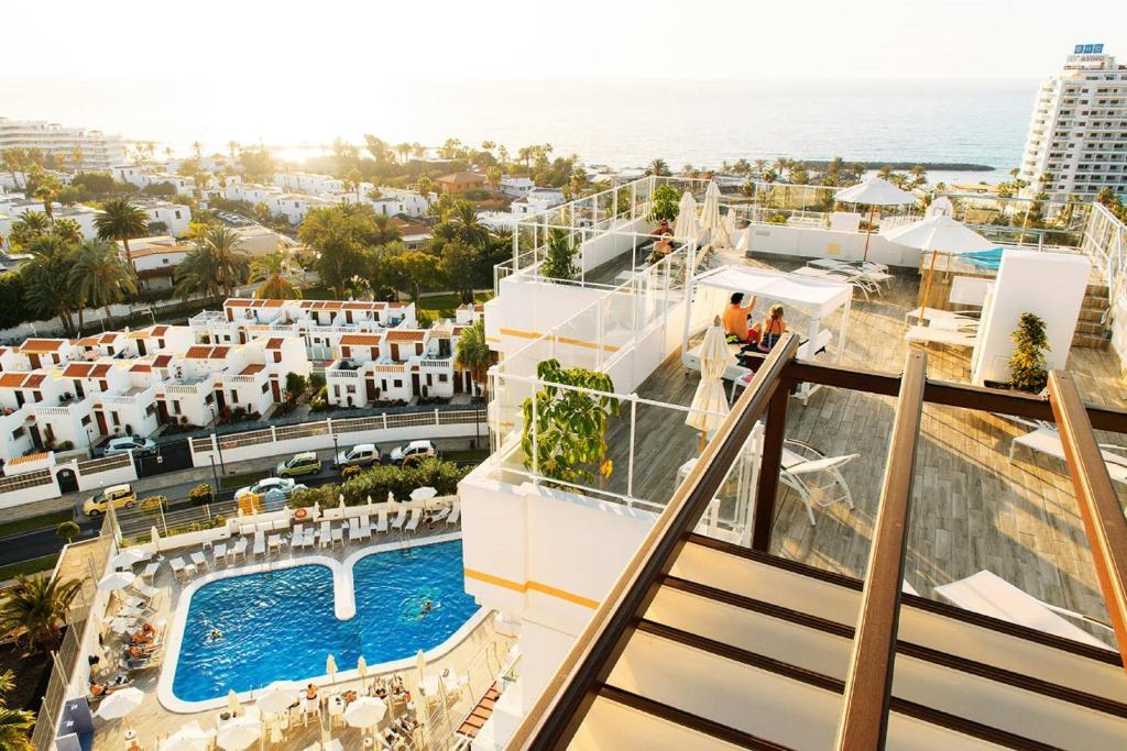 Uitzicht op het zwembad bij Coral Ocean View - Adults Only of in de buurt