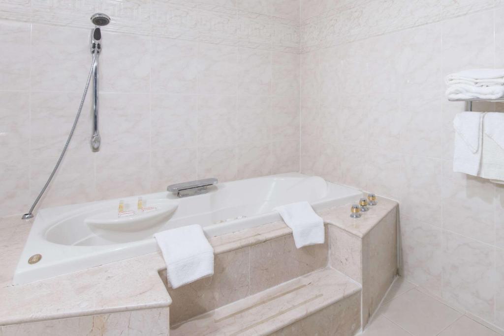 Sensational Days Inn Hicksville Ny Booking Com Interior Design Ideas Philsoteloinfo