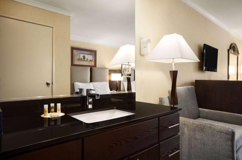 חדר רחצה ב-Days Inn by Wyndham Concord