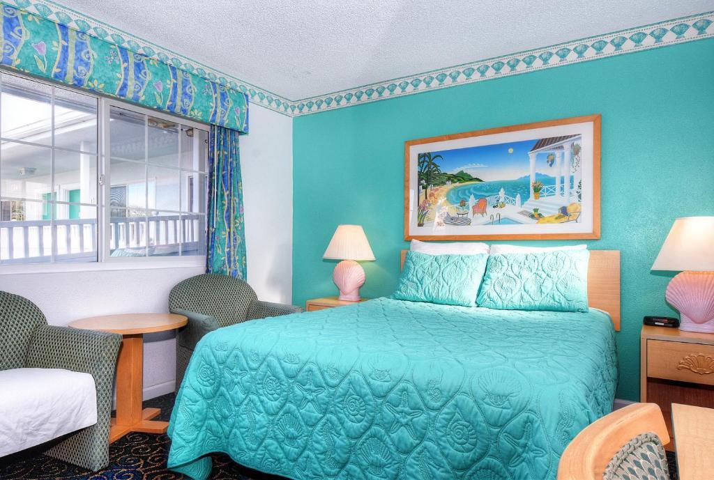 Łóżko lub łóżka w pokoju w obiekcie Morro Bay Sandpiper Inn