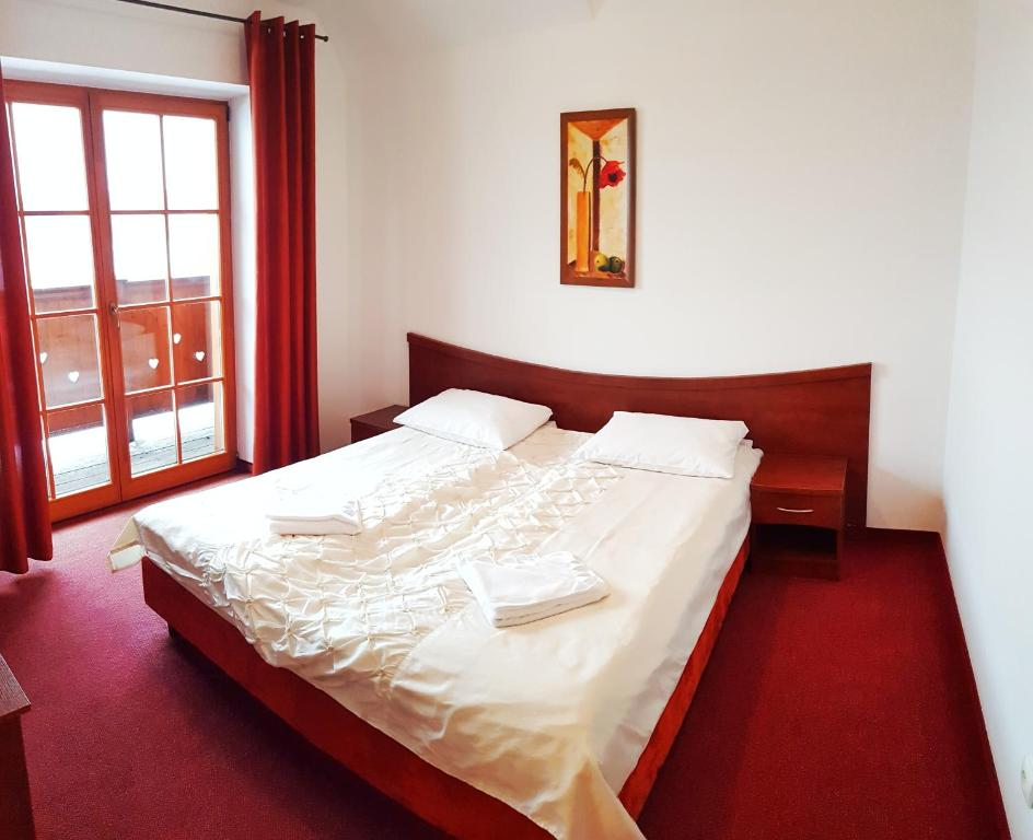 Łóżko lub łóżka w pokoju w obiekcie Dwór Świętoszówka