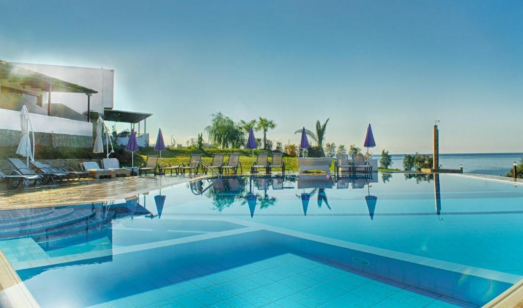 Piscina de la sau aproape de Samothraki Beach Apartments & Suites Hotel