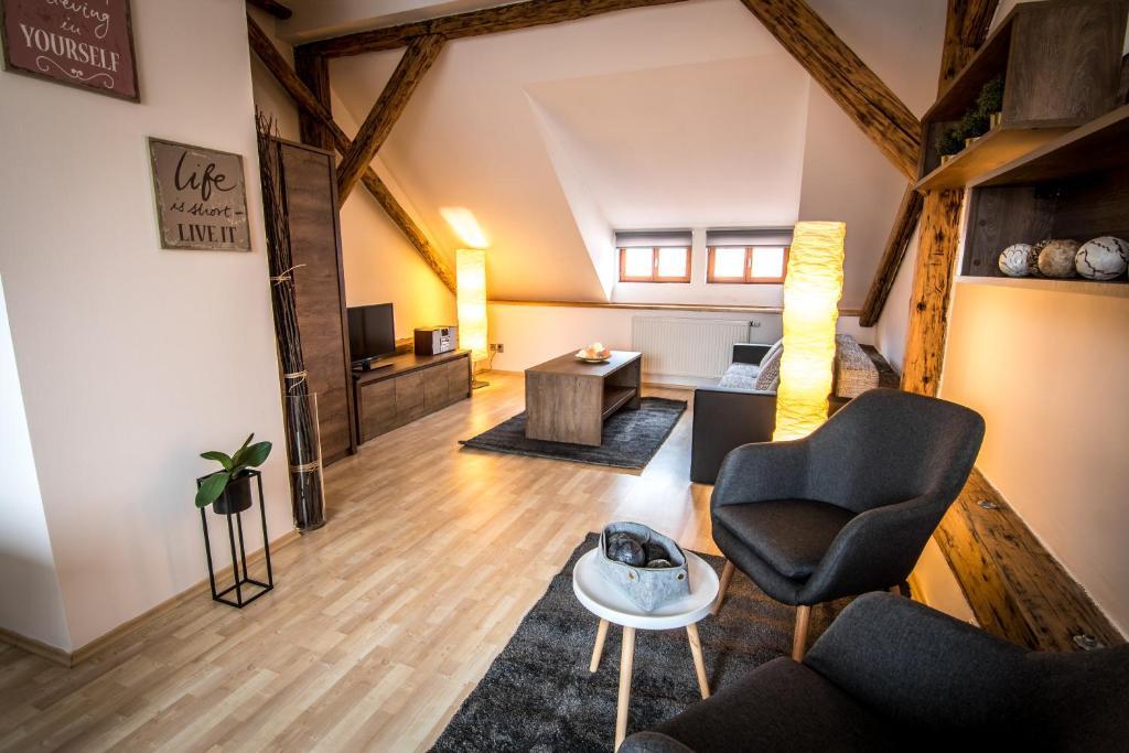 Ein Sitzbereich in der Unterkunft Tylova Apartments