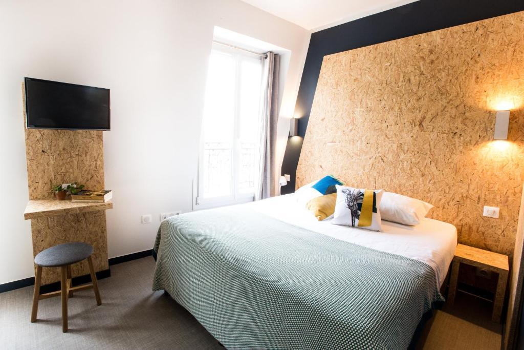 Llit o llits en una habitació de Beautiful Belleville Hôtel & Hostel