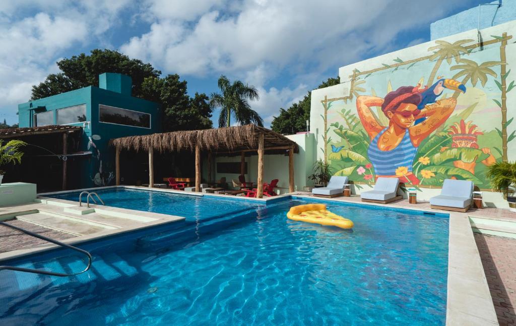 A piscina localizada em Selina Cancun Downtown ou nos arredores