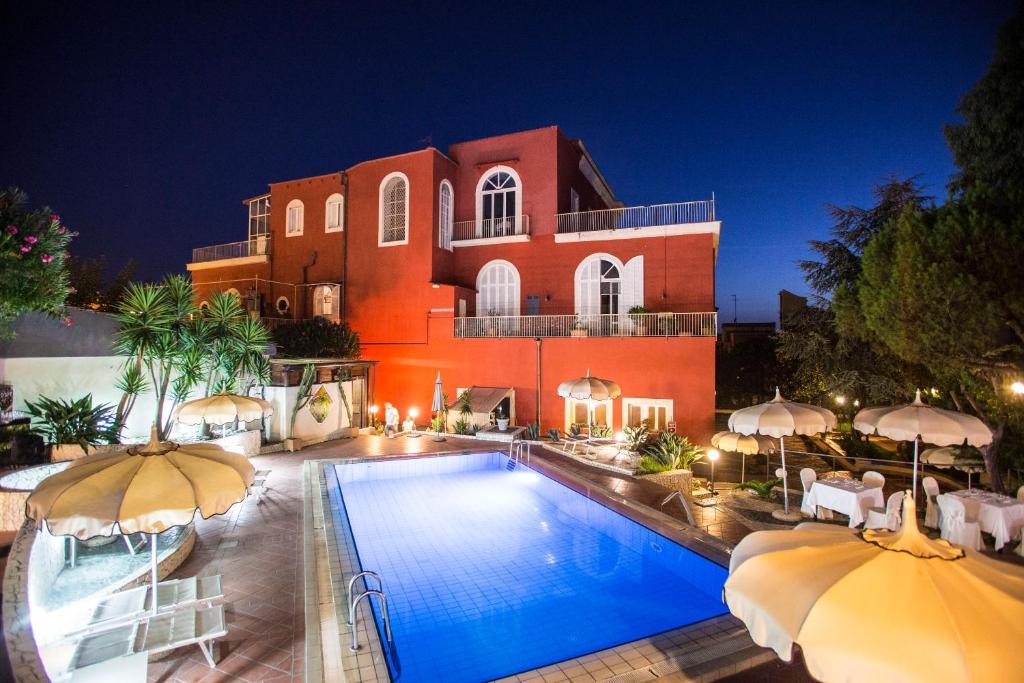 Der Swimmingpool an oder in der Nähe von Hotel Villa La Colombaia