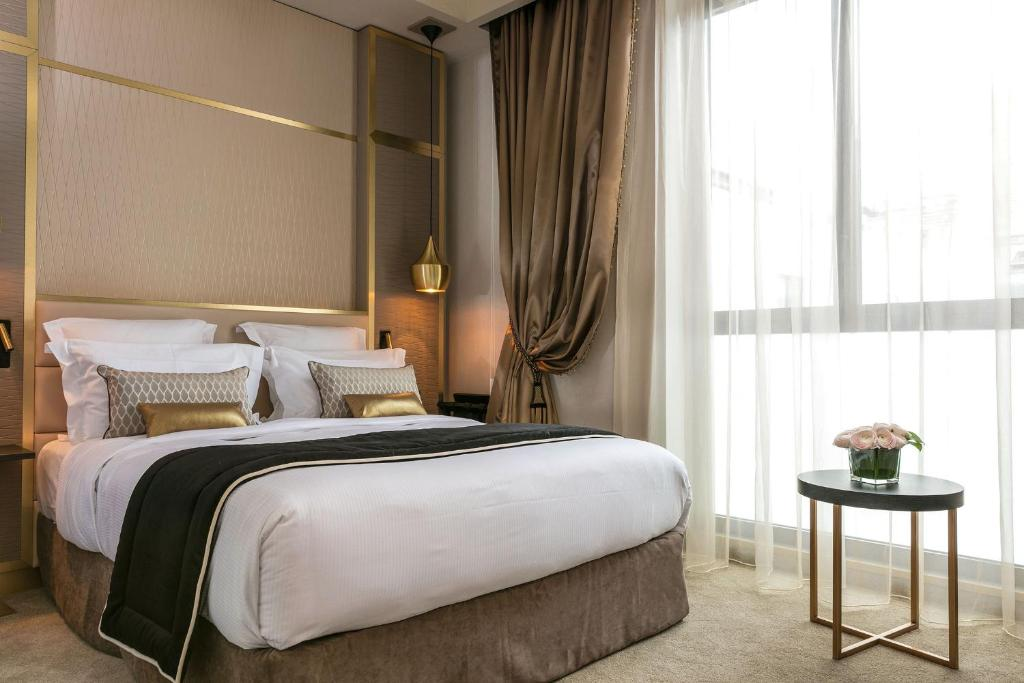 A bed or beds in a room at Niepce Paris, Curio Collection By Hilton