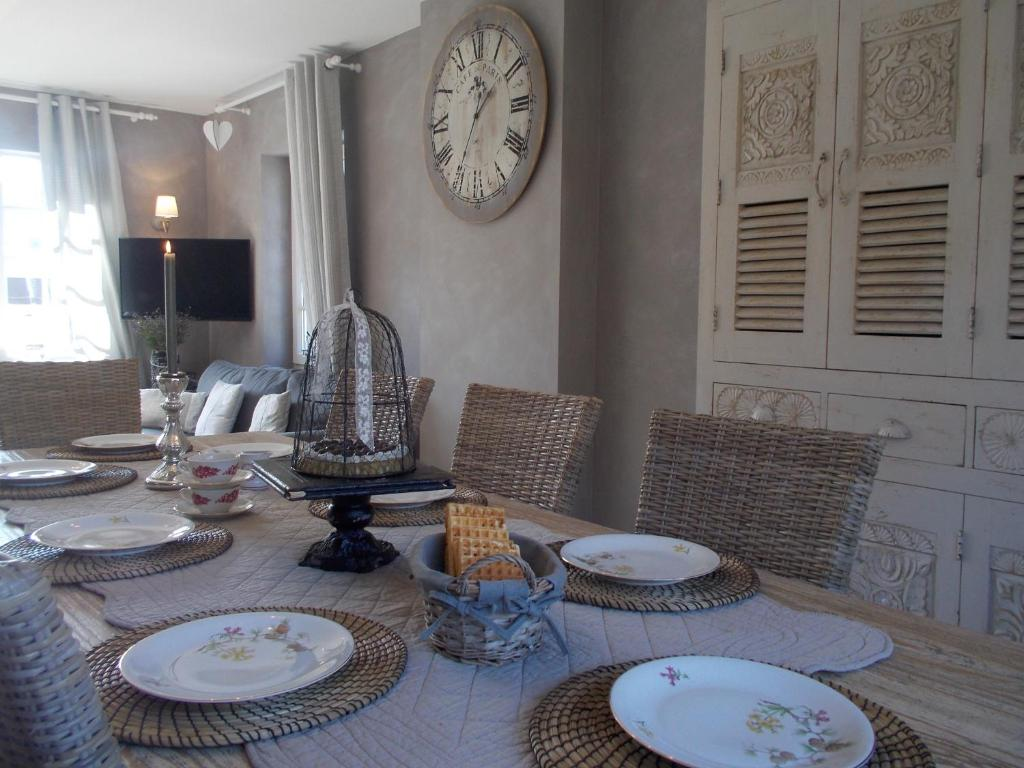 A seating area at La maison d'Ambre