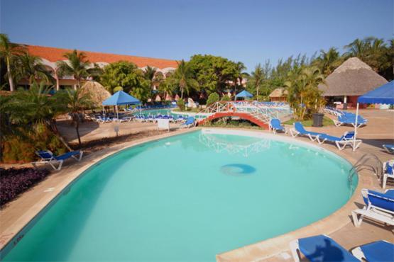 Skats uz peldbaseinu naktsmītnē Hotel Brisas del Caribe vai tās tuvumā