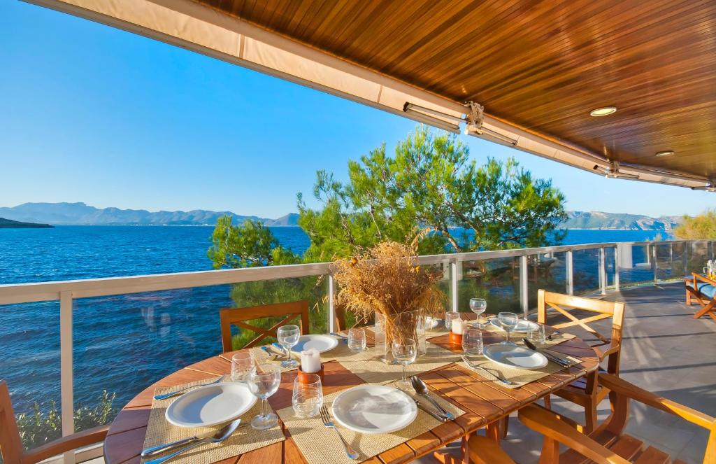 A restaurant or other place to eat at Beachfront penthouse La Victoria