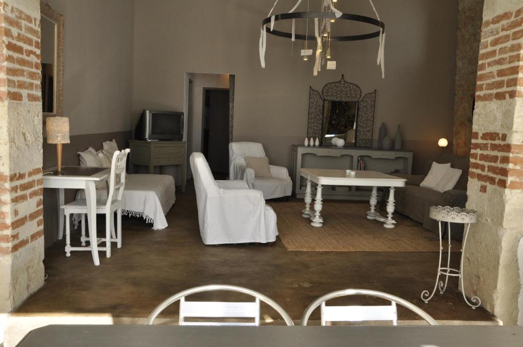 Restaurant ou autre lieu de restauration dans l'établissement Gîtes Le Relais de Roquefereau