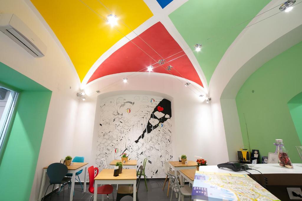 Ein Restaurant oder anderes Speiselokal in der Unterkunft Le 4 Stagioni Dante's Suites H. Napoli Centro