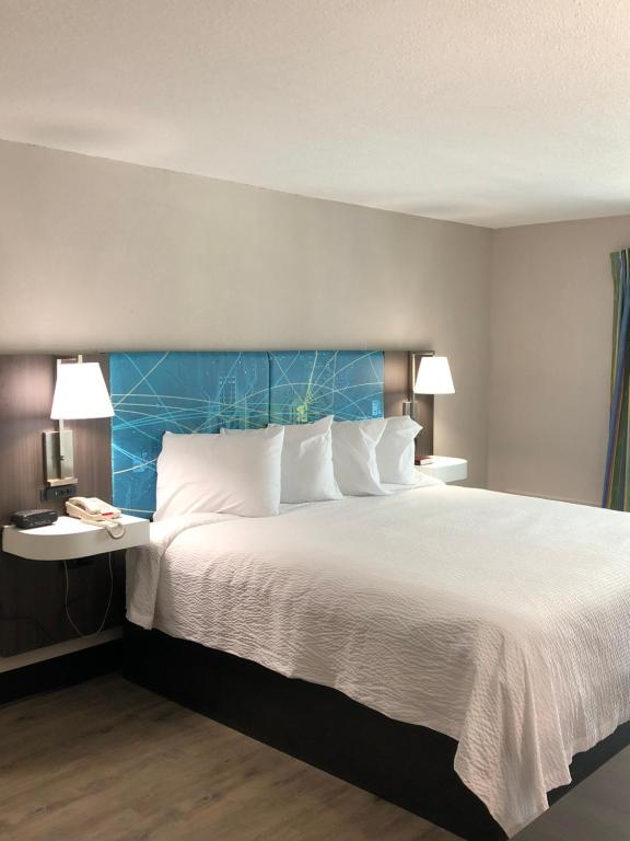 A bed or beds in a room at Tropical Seas Hotel