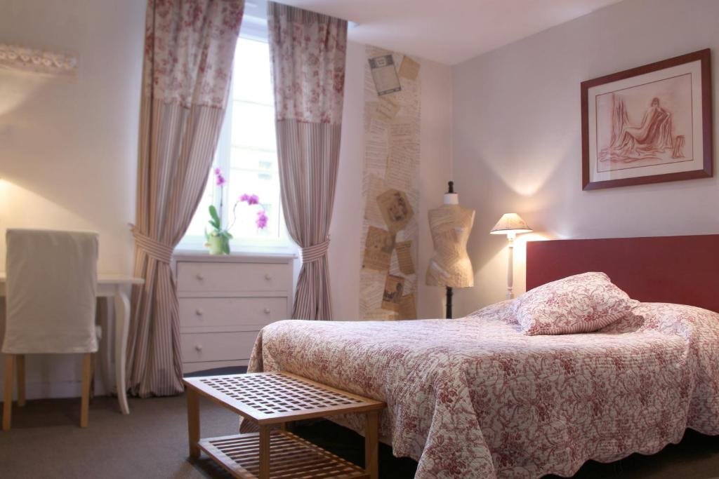 A bed or beds in a room at Hotel Saint Yves