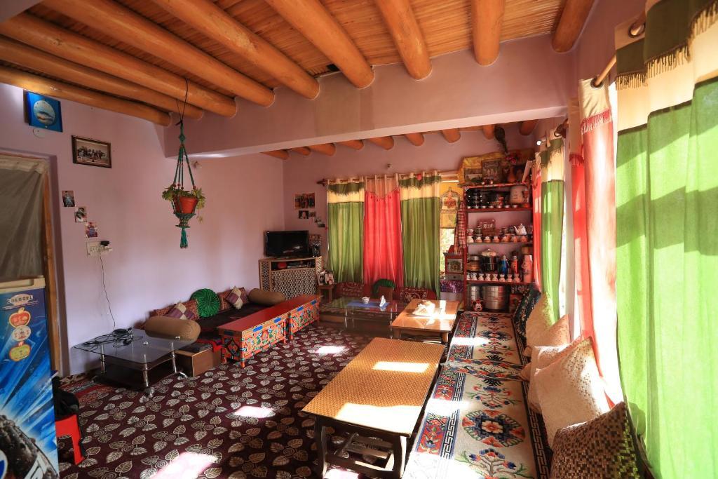 Coin salon dans l'établissement Lhachik Guest House