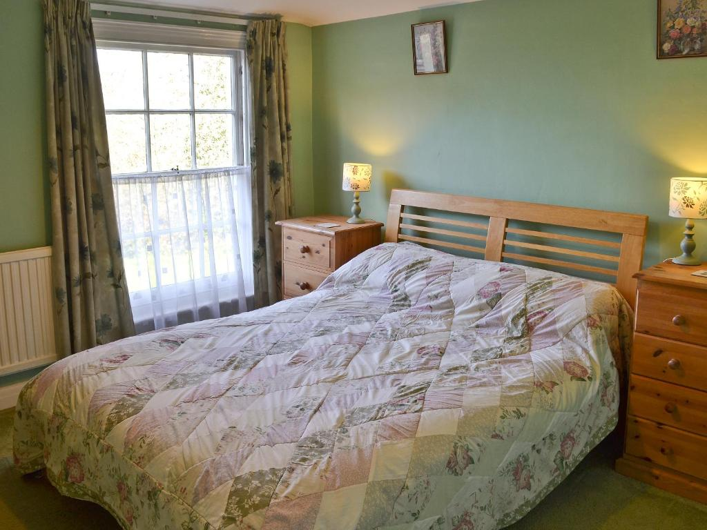 A bed or beds in a room at Suffolk House Annexe