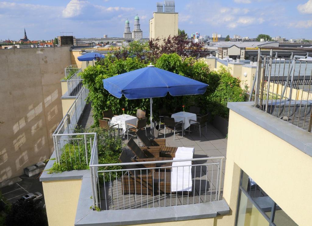 Ein Balkon oder eine Terrasse in der Unterkunft Upstalsboom Hotel Friedrichshain