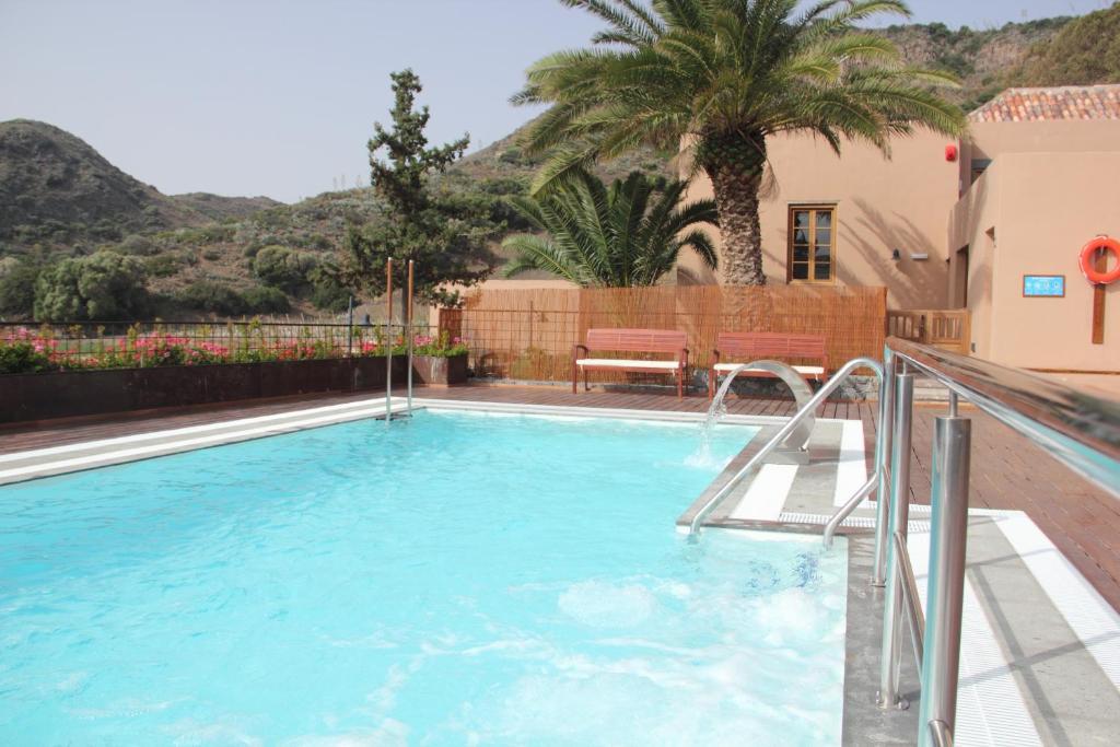 Het zwembad bij of vlak bij Hotel Rural El Mondalón