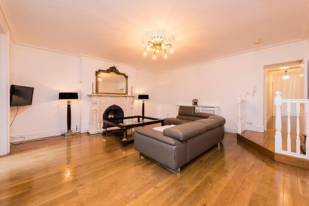 A seating area at Luxurious 3 Bed Apartment Ballsbridge area