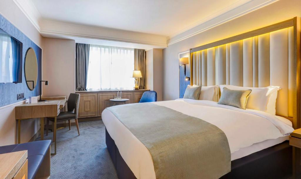 A bed or beds in a room at Danubius Hotel Regents Park