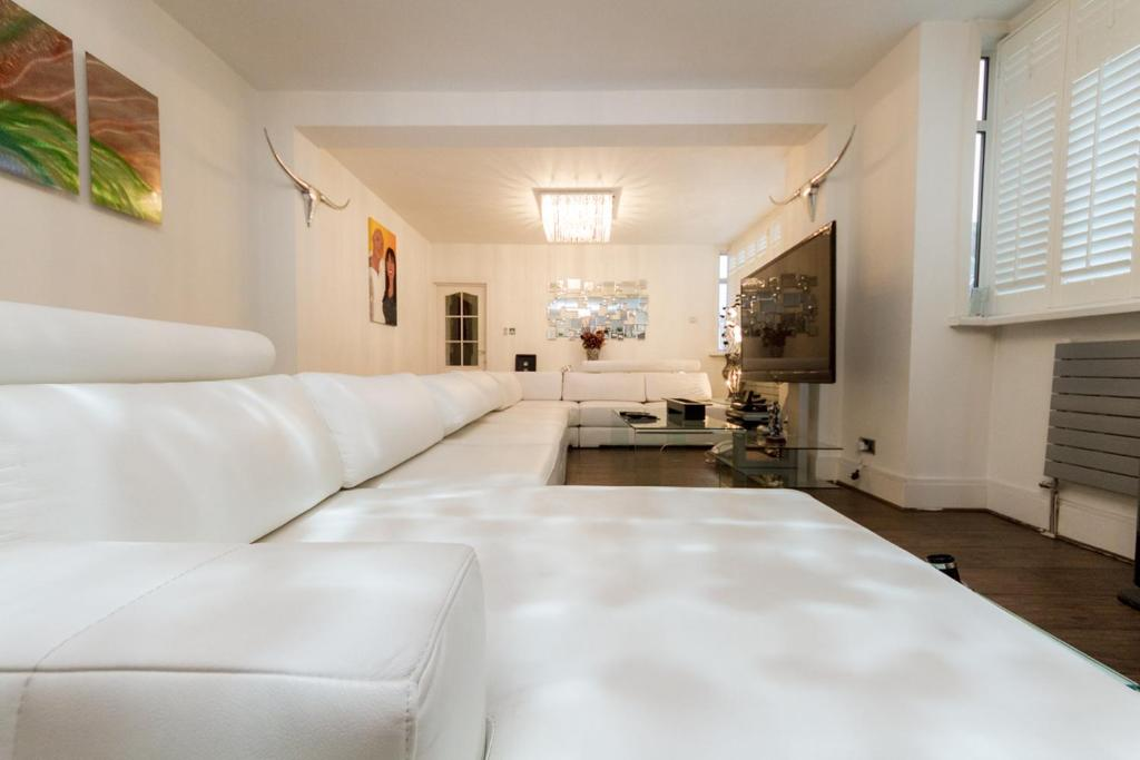 A bed or beds in a room at Juzz Holiday Lets